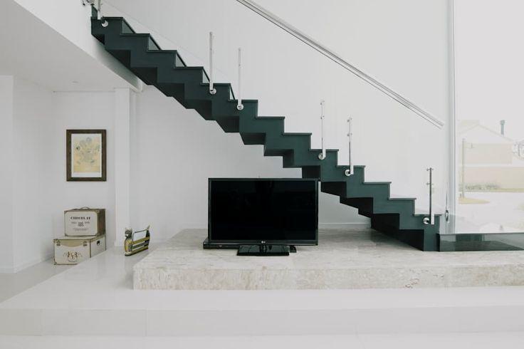 Escada: Salas de estar minimalistas por Rafael Grantham Arquitetura