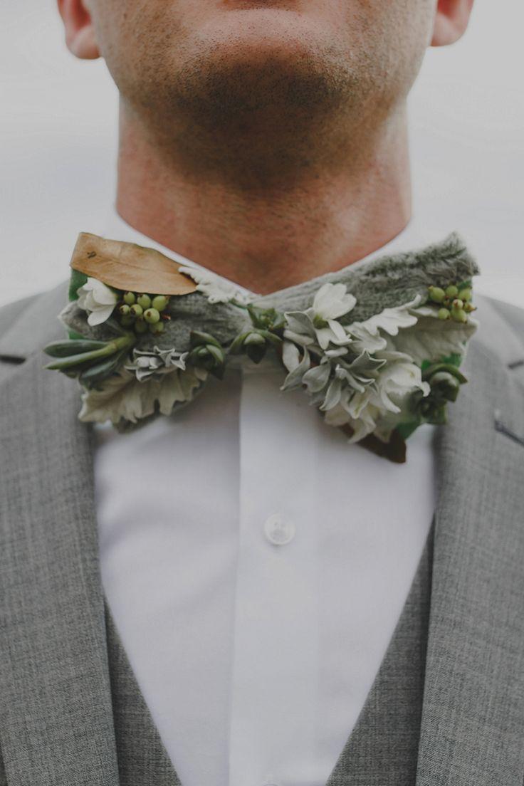 結婚式で蝶ネクタイをする新郎が最近急増中だそうです。実はお洒落な花嫁の盲点は新郎のスタイル。旦那さんはなかなかウェディングのお洒落を一緒に楽しんでくれないものです。でも一生残る写真。簡単に新郎をお洒落にする最強アイテムが蝶ネクタイなのです。蝶ネクタイを選び始めて、お洒落に火がつく旦那さんも多いみたいです。ぜひ旦那さんにおすすめしてみて! 結婚式のスタイルに合わせた蝶ネクタイ30選  出典:https://pinimg.com  フォーマル重視の大人スタイル 結婚式といえばやはりフォーマルにビシッと決めたいもの。 タキシードはもちろんスーツも大人の雰囲気漂うワンランク上のスタイルに決めることが出来るのが蝶ネクタイ。  出典:https://pinimg.com 目立ちすぎないチェックで落ち着いた雰囲気に  出典:https://pinimg.com シックなグレーチェックをポインテッドスタイルで  出典:https://pinimg.com ゴールドをチョイスするとそれだけで高級感がUP  出典:https://pinimg.com…