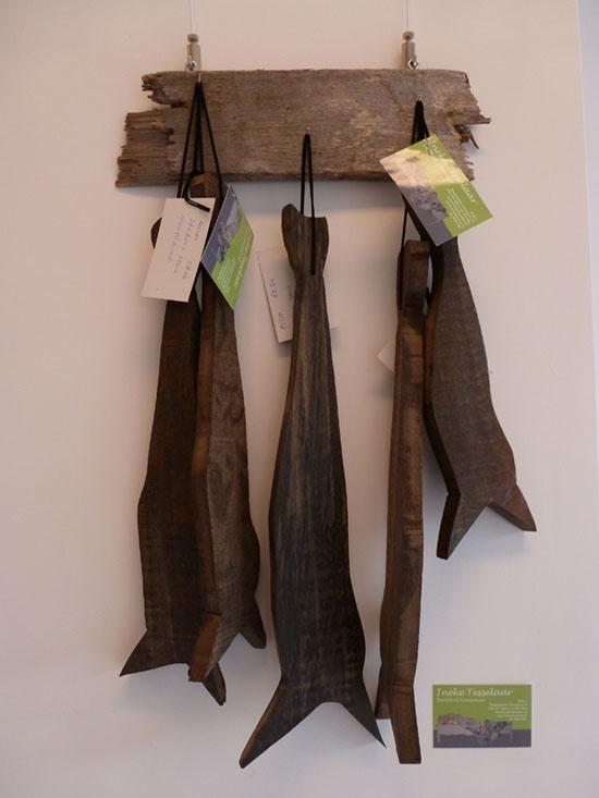 Vissen op drijfhout, geschilderd door beeldend kunstenaar Ineke Tesselaar