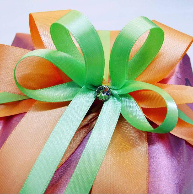 Jarní kombinace dvojité mašle s kamínkem Swarovski. – Spring double ribbon bow in green and orange color combination with Swarovski Crystal.