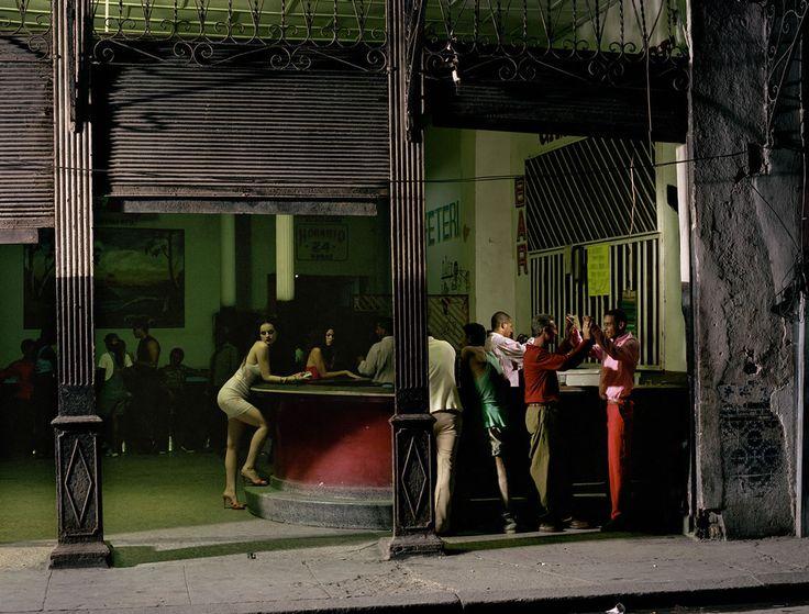 Philip-Lorca diCorcia est un photographe américain né en 1951, est connu à la fois pour sa série «Heads» dans laquelle il prend en photo des gens qui marchent dans la rue en les isolant de leur environnement en utilisant un flash et pour ses images de situations à la mise en scène soignée.