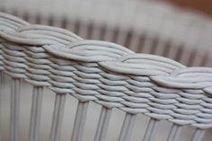 белые: 2/3 грунтовка,1/3 лак и на 0,5л 80 мл эмали белой для радиаторов