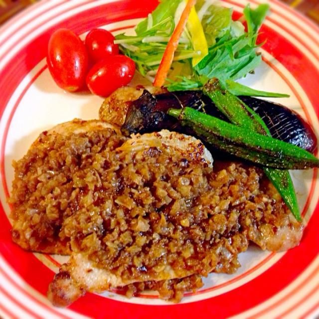 我が家は、ポークステーキで出ることが多かったおふくろの味玉ねぎが大きな粗みじん切りで小さい頃ちょいと苦手だったので、細かくしましたw シャリアピン・ステーキとは、牛肉を使ったマリネステーキの一種。1936年(昭和11年)に日本に訪れたオペラ歌手、フョードル・シャリアピンの柔らかいステーキが食べたいという欲求に応えて、帝国ホテル「ニューグリル」の料理長であった筒井福夫氏により考案された料理だそうです - 102件のもぐもぐ - Chaliapin steakシャリアピンステーキ by Ami