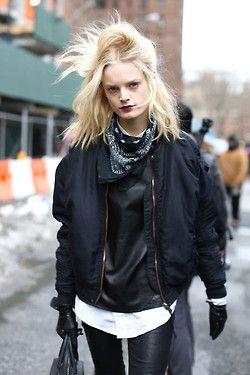 Grunge-Stil des 21. Jahrhunderts: Lederhose + Bomberjacke + zerzauste Haare + dunkle Lippen #streetstyle