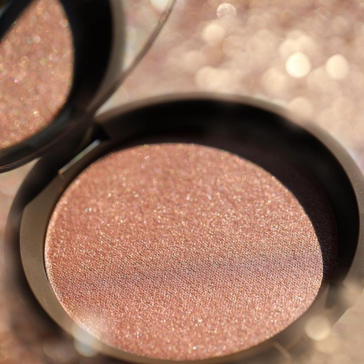 #BECCABeauties all around the world can get their #Glow on with our warm, shimmery Pressed Highlighter in Rose Gold! We're very happy to announce that BECCA is NOW available in stores and online at @douglasnederland , @douglas_oesterreich  and @parfuemerie_douglas in Germany  !