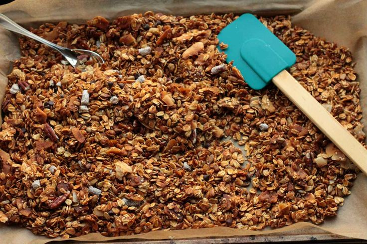 Granola is heerlijk als ontbijt, met yoghurt en fruit. En ook nog eens heel makkelijk te maken. Dit granola met kokos recept is met noten en dus glutenvrij.