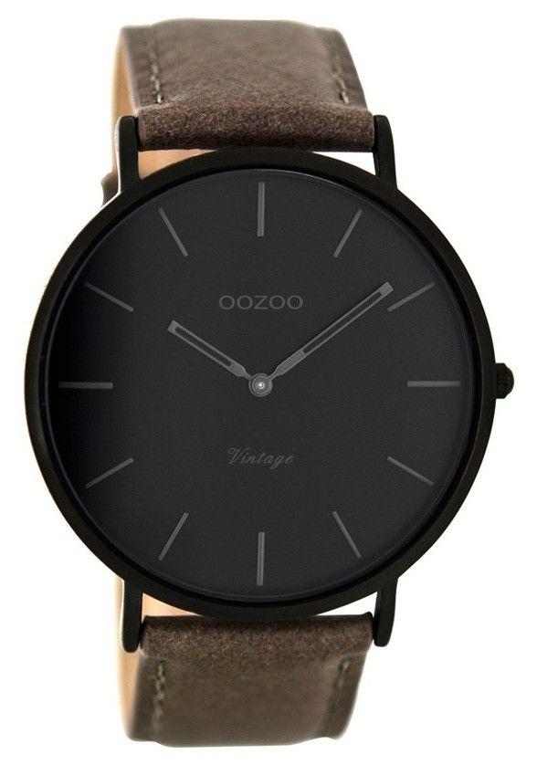 OOZOO Horloge Vintage zwart-taupe 45 mm C8125. Modieus OOZOO horloge met zwarte, erg platte kast, zwarte wijzerplaat met grijze index en wijzers. Het horloge heeft een taupekleurige, lederen horlogeband en is voorzien van een gespsluiting. Trendy, stoer en elegant model geschikt voor elke outfit.