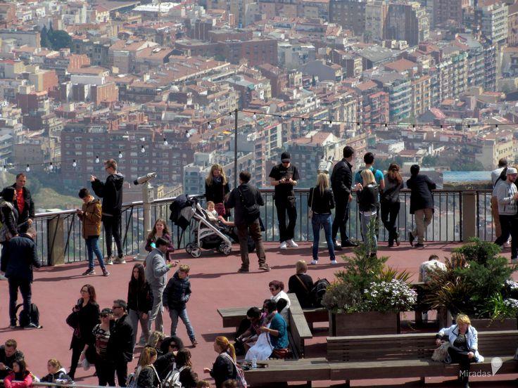 https://flic.kr/p/VB9RwC | La ciudad a los pies | Desde el mirador ubicado en el Parque de Atracciones del Tibidabo se puede disfrutar de las hermosas vistas de la ciudad descubriendo su entramado urbano y principales construcciones iconos que se van mezclando.  Barcelona, España.