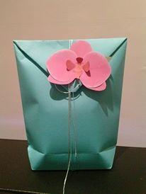 Pacchetto regalo faidame.  Tutorial sacchetto http://loradelte-eli.blogspot.it/2009/11/pasticcini-di-carta.html Tutorial orchidea http://www.elli.com/blog/diy-paper-orchid/
