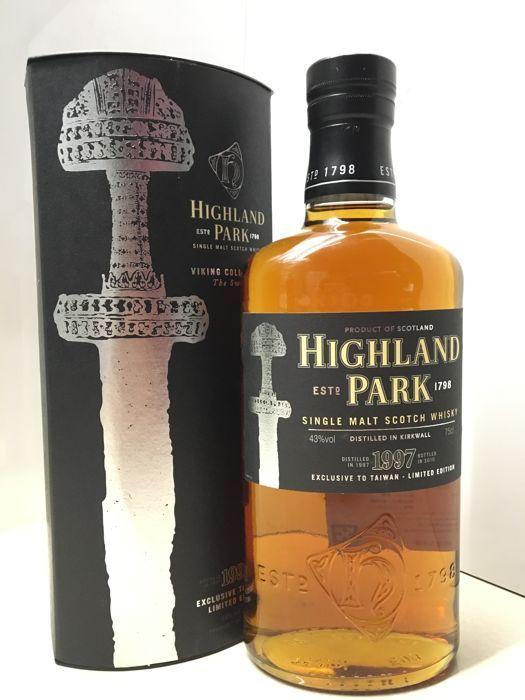 """Highland Park 1997 - het zwaard - Viking collectie - 700ml  Dit is een zeldzame botteling van Highland Park en de eerste van de zwaard-collectie. Deze botteling was alleen beschikbaar in Taiwan en de distilleerderij winkel.De meest northerly van Schotse whisky distilleerderijen Highland Park werd opgericht in 1798 en is één van de meest gewaardeerde single malts in de wereld de grote Michael Jackson noemde het """"De grootste allrounder in de wereld van whisky."""" en Paul Pacult onderscheiden met…"""