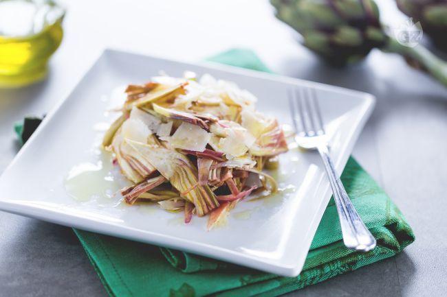 L'insalata di carciofi è un contorno primaverile condito con una citronette, perfetto da accompagnare a secondi piatti di carne o di pesce.
