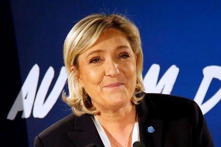 PARÍS (Reuters) - La candidata de extrema derecha a las presidenciales francesas, Marine Le Pen, dijo el martes que trataría de repatriar la producción francesa de vehículos y otros bienes industriales, en línea con las intenciones del presidente electo de Estados Unidos, Donald Trump. Trump ha amenazado