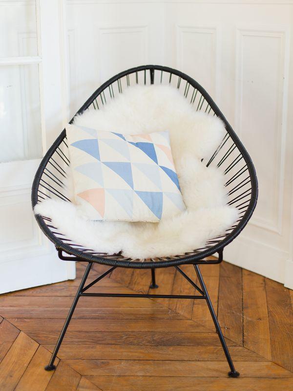 Coussin à formes géométriques My Little Box, et chaise en fonte.