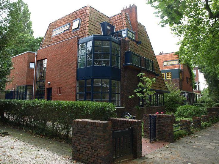 Twee dubbele villa's aan de Nassaulaan van architect Egbert Reitsma (1892-1976).
