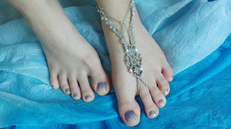 #happyfeet #feet #lightblue #sea #beach #summertime #sparkle #nailart #naildesign #nofilter #instalove #mylove #mypassion #conaffetto ...nail art con sfumatura da brillantini bianchi ad azzurri..fresca ed estiva