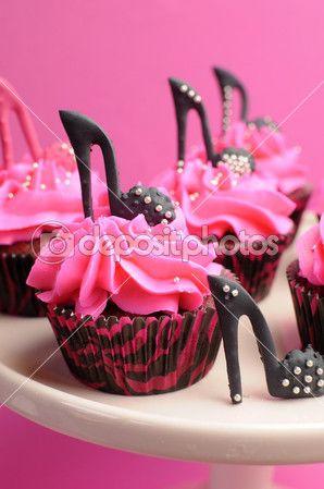 Sapatos de salto alto feminino decorados cupcakes rosa e preto de veludo vermelho com sapatos de salto alto para o aniversário de adolescente, do sexo feminino, ou casamento nupciais do chuveiro, close-up no sapato preto