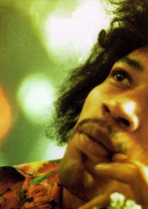 Jimi Hendrix em 1967 no Hyde Park, em Londres, fotografado por Fiona Adams.  Veja mais em: http://semioticas1.blogspot.com.br/2013/05/hendrix-3000.html