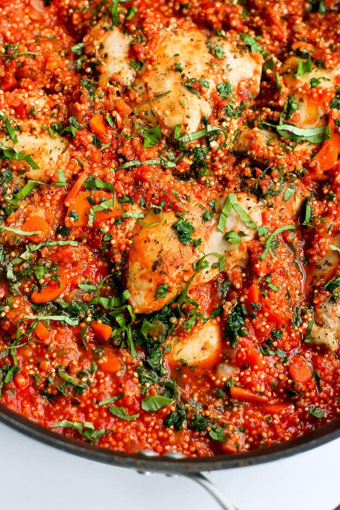 In diesem leichten Rezept, italienisch gewürztes Huhn, Quinoa und Tomatensauce kommen zusammen in einem Topf für eine gesunde Mahlzeit mit minimaler Aufräumung.  264 Kalorien und 5 Gewicht-Beobachter SmartPoints