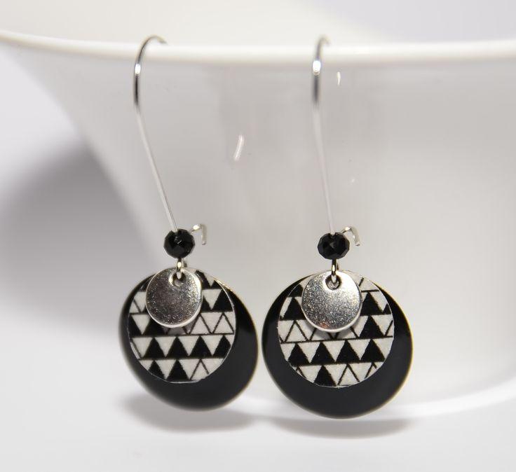 Boucles d'oreilles dormeuses sequins noirs, argentés et sequins fait-mains triangulaires : Boucles d'oreille par tourmaline-bijoux