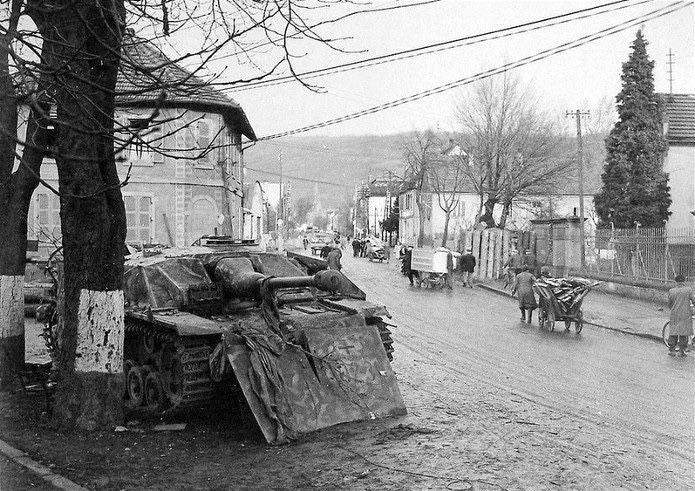 Un vehículo antitanque alemán Sturmgeschutz III ausf. G, probablemente sin combustible, convertido en una posición de tiro fortificada en Mutzig, hoy Francia, 1944. Nótese la protección blindada adicional para protegerse de tanques.