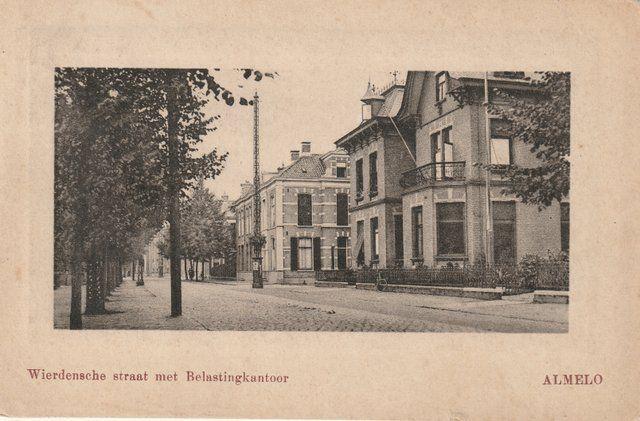 Wierdensestraat met het voormalige belastingkantoor, op de hoek met de Westerstraat.