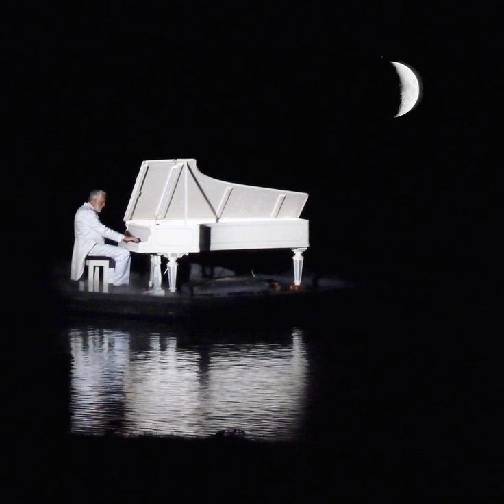 CENÁRIO SEM MÓVEIS. APENAS UM PIANO BRANCO. FUNDO DE CORTINAS VERMELHAS. UMA ADOLESCENTE SENTADA AO PIANO. VESTIDA COMO QUE PARA UM PRIMEIRO BAILE. ROSTO ATORMENTADO
