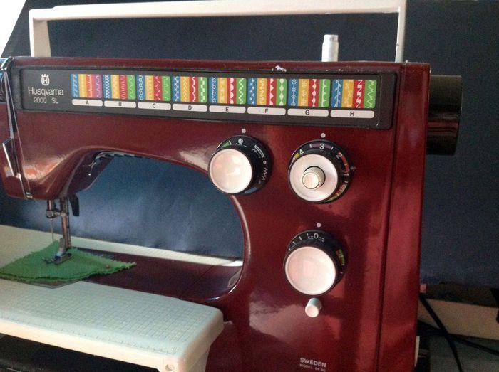 Onko sinulla Suomen vanhin edelleen toimiva kodinkone? | Kuningaskuluttaja | yle.fi  Husqvarnan ompelukone 1970-luvulla ostettu. Sen aikakauden moderni kone.  Käytössä edelleen. Ainoa osa, mikä on mennyt rikki, niin on yksi ohjelmasäädin.  Lähettäjä: Tuija-Maija, Loimaa