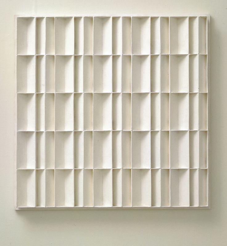 Jan Schoonhoven | latexverf op papier-maché op spaanplaat | 104,5 x 104,1 cm | Locatie  | Verworven in 1969 | Inventarisnr 431