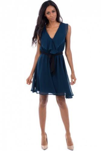 Lett chiffon kjole med blå-grønn farge og sort knytebelte i livet. Kjolen har en stor dekorativ krage som strekker seg lang ned i front.  Inneholder 100% polyester.
