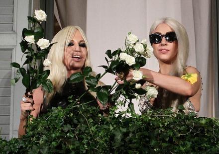 Lady GaGa fan de Donatella Versace, elle lui pique sa couleur de cheveux !