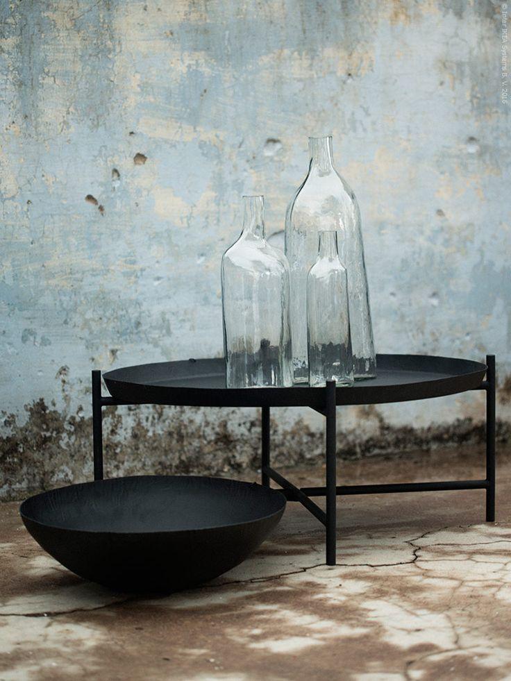 En liten glimt av kollektionen. IKEA SVÄRTAN brickbord, dekorativ skål i stål och dekorativa flaskor.
