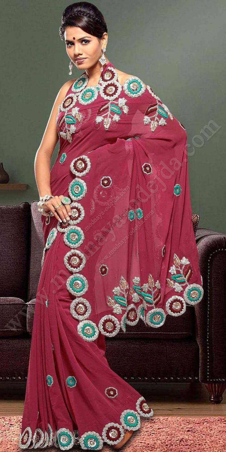 Красивое индийское сари из шифона цвета пьяной вишни, украшенное вышивкой скрученной шёлковой нитью, бусинками и стразами