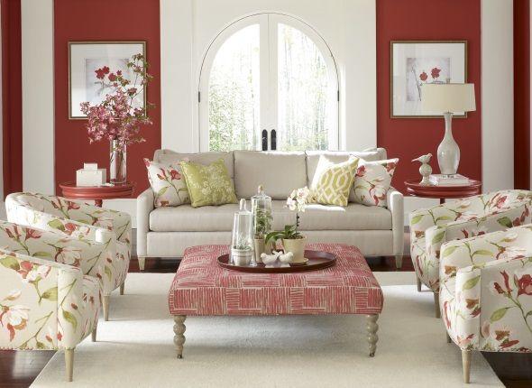 Романтичная гостиная с красными стенами