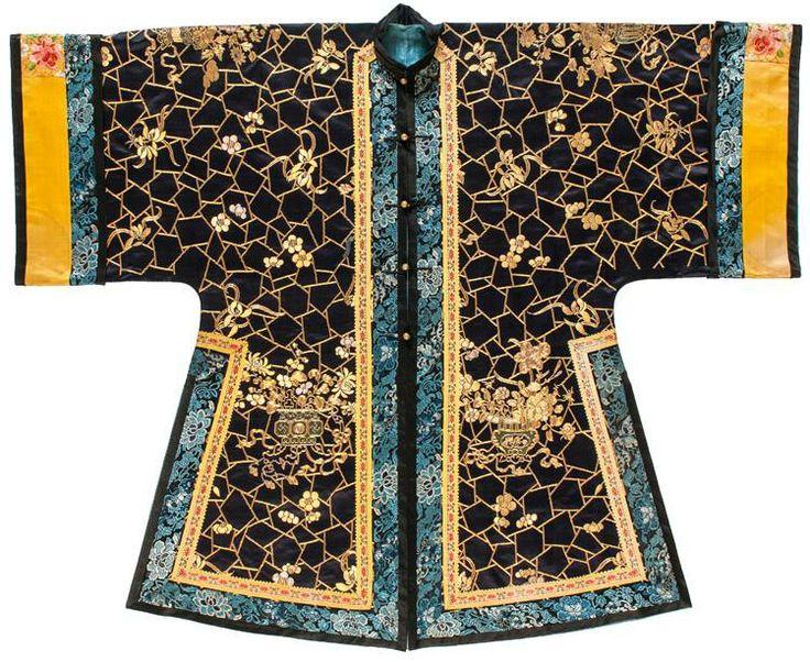 Veste longue informelle * Dynastie des Qing, XIXe siècle. Satin de soie brodé, fils métalliques