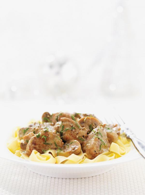 Recette de veau Stroganoff. Ingrédients de la recette: veau, champignons blancs, oignon,  crème sure, persil plat, beurre... Servir sur des nouilles aux oeufs.