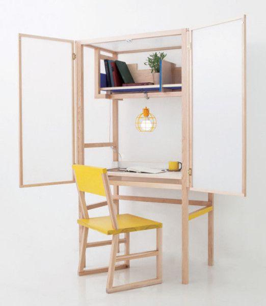 Открыв дверцы шкафчика, можно обнаружить не только рабочее место, но и полки для книг, а также подвешенный светильник.