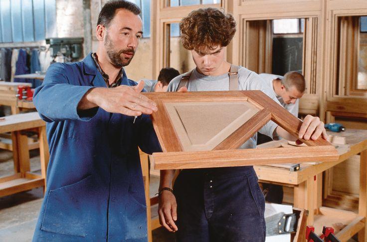 En ébénisterie, l'assemblage du bois par des moyens traditionnels n'utilisant ni clous ni vis permet d'obtenir une finition plus naturelle, plus esthétique et plus professionnelle.