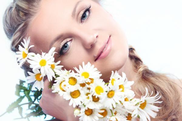 Cómo usar el té de manzanilla para el acné - remedio muy efectivo. La manzanilla, también conocida con el nombre de camomila, es una planta que pertenece a la familia de las compuestas y que es originaria de algunas regiones de Asia menor. La manzanilla es una hierba...