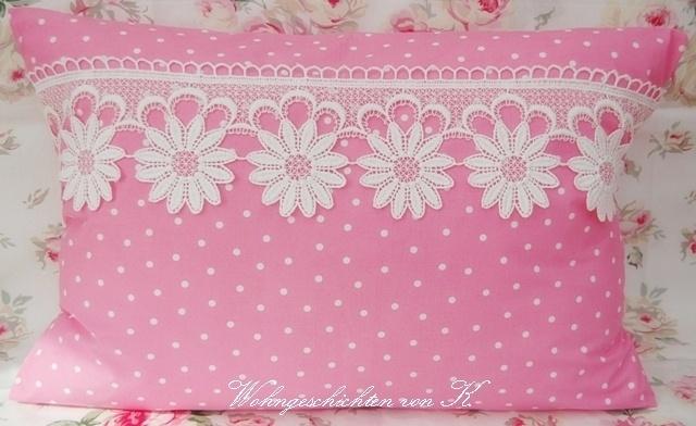 eine sch ne kissenh lle im frischen rosa mit wei en punkten als besonderes extra ziert dieses. Black Bedroom Furniture Sets. Home Design Ideas