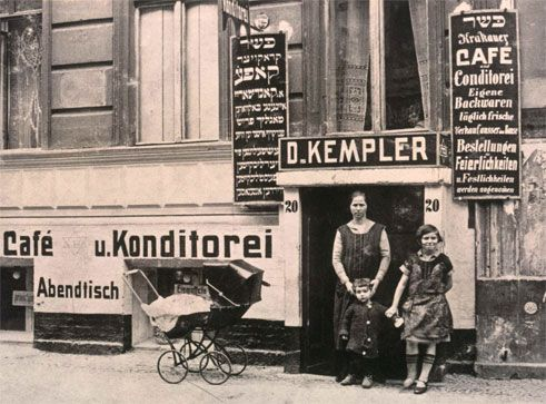 Entrance to the Kemplers' pastry shop and Krakauer Café