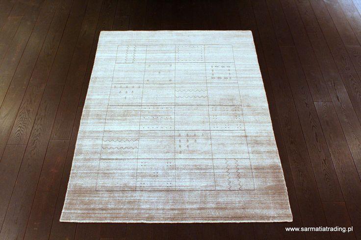 Oryginalny, nowoczesny dywan. Ręcznie utkany z wełny i włókna bambusowego, które jest jedwabiste, miękkie i połyskujące.  http://www.sarmatiatrading.pl/sklep/dywany-nowoczesne/gray-black/
