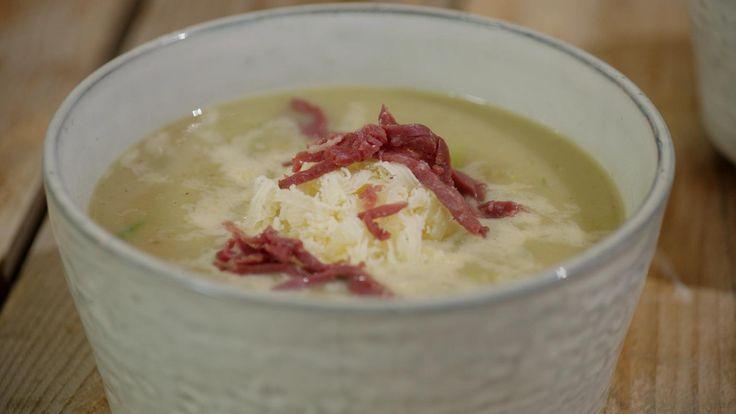 Hou voor de soep wat spruitjes opzij als garnituur. Snipper ze fijn en roer ze erdoor nadat de soep gemixt is. Met de gerookte eend, wat zure room en cheddar erbij, wordt het een echte maaltijdsoep.