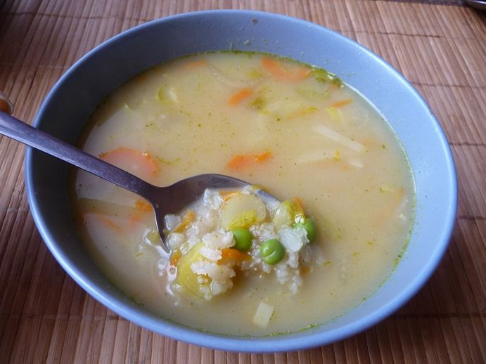 Drožďová polévka s pórkem a rýžovými vločkami