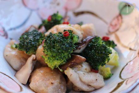 今が旬のブロッコリーを固めに茹でて、鶏肉、しいたけと炒めました。ナンプラー、鶏がらスープの素で中華風に味付けました。