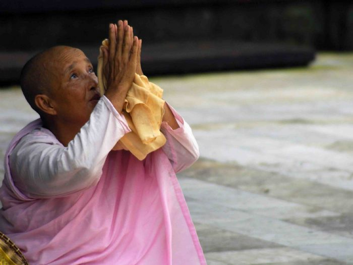 Myanmar sigue siendo uno de los destinos misteriosos y desconocidos en el mundo, que ofrece todas las delicias tradicionales de Asia en un solo país. Empezando por Mandalay, volaremos a Bagan para admirar la llanura de los 2000 templos y volaremos de nuevo al lago Inle para explorar su vida flotante. Cruzaremos el lago y las montañas para llegar a una región recientemente abierta al visitante, Loikaw, y visitar sus minorías, Kayah y Kayan. Terminaremos la ruta en Yangon.