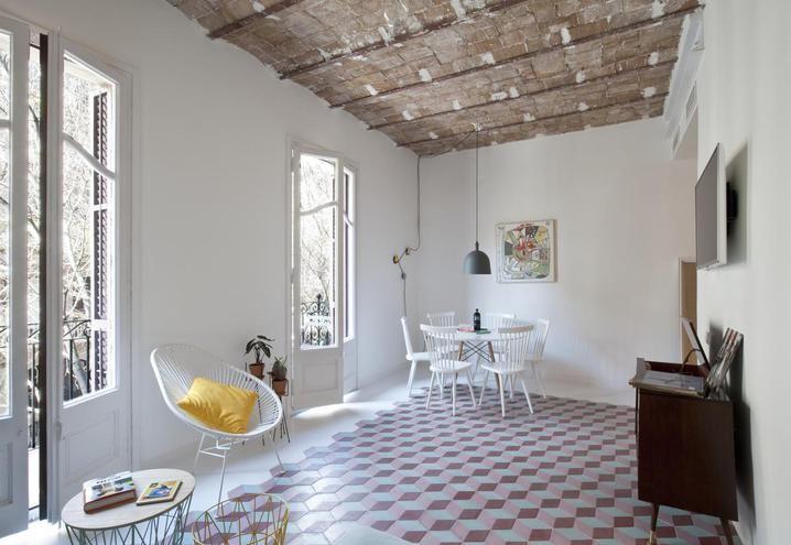 Tyche Apartment: in un edificio liberty una casa da weekend che mixa cultura catalana e stile nordico