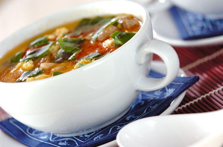 鶏もも肉からでたおいしい肉汁がスープの味のベースに…。トマトの酸味がさっぱりおいしいですよ。ナンプラーを加える事で簡単にエスニック味が完成!