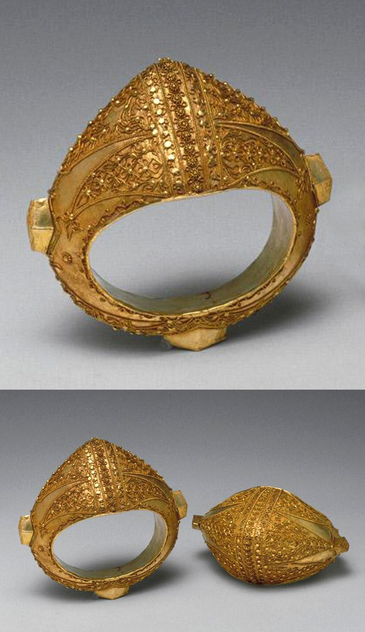 Indonesia ~ Sumatra Island, West Sumatra Province | Pair of bracelets; gold | ca. 2nd half of the 19th century to mid 20th century