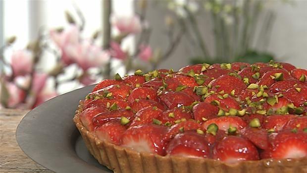 Mette Blomsterbergs opskrift på en lidt anderledes jordbærtærte med citronfromage fem for den klassiske creme. Smagen bliver syrlig og frisk.