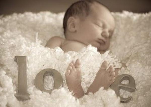 Vertederend lieve foto van baby met love :) heel grappig, leuk en mooi om te gebruiken voor een babyfoto geboortekaartje